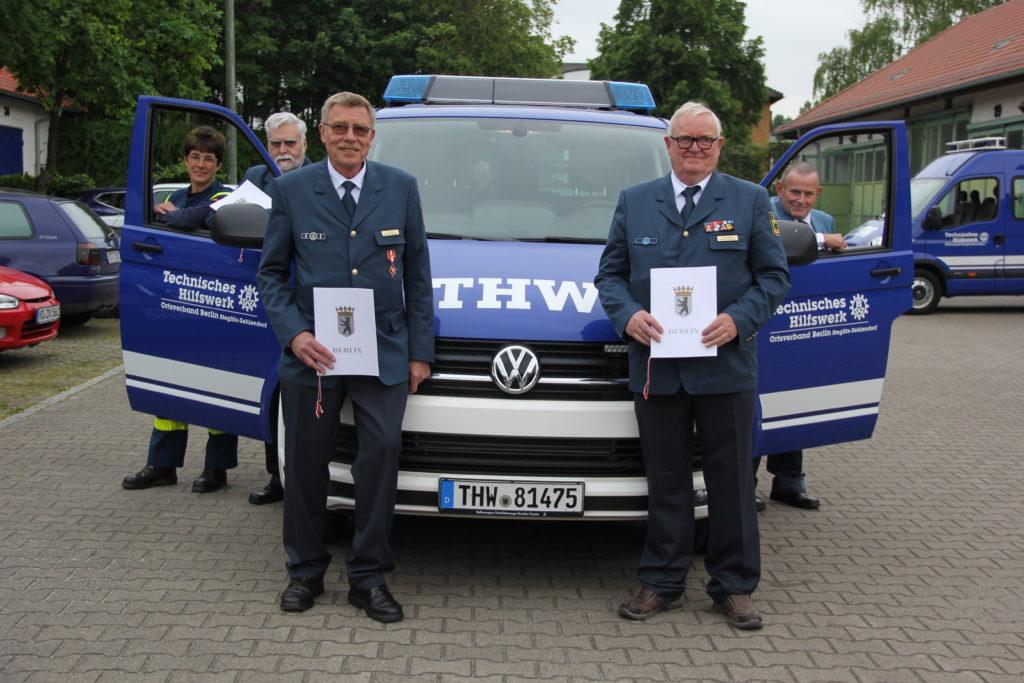 Ortsbeauftragte Hedwig Karkut (l.) nahm die Geehrten in Empfang: Ulrich Vogel, Per Ernst, Manfred Schmidt und Joachim Bonack (v.l.n.r.) Foto: THW/Oliver Scheele